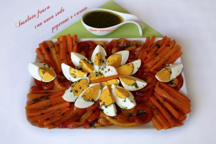 Insalata fresca con uova sode peperoni e carote