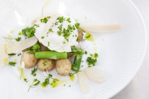 Grønne Asparges med nye Kartofler og pocheret Æg