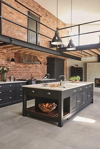 Dies ist ein industrieller Küchendesign mit freiliegenden Ziegeln und schwarzen…