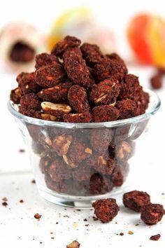 Receita de amendoim doce crocante e saboroso com chocolate. É simples de preparar e perfeito para presentear os amigos e familiares na época de Páscoa.