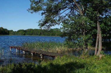 Pięknie położona działka z linią brzegową jeziora, idealne miejsce na wakacje!