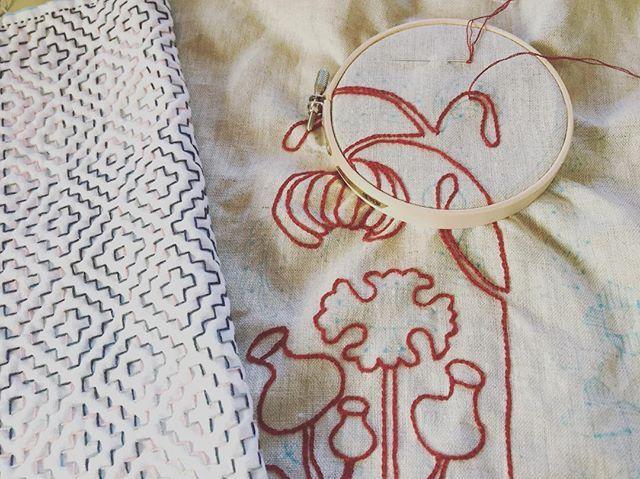 #針仕事 ・ お久しぶりです🎶 連日の猛暑にすっかり夏バテしてしまい、刺し子からもだいぶ遠のいておりました😅💦 ・ ようやく秋らしい涼しさが到来しましたので、またボチボチ針仕事も再開していこうかと思います🙌 ・ pic左はまだまだ完成しない#柿の花 と、初の図案写しからチャレンジしている#樋口愉美子 さんデザインのイチヂクの木です。 ・ 柿の花はひたすら並縫い&直進していくだけなのでラクですが、刺繍の方はチェーンステッチが意外と難しかったり(大きさが揃わないし歪む)、チャコペーパーで写した下絵がどんどん消えていく面倒臭さがあったりして、予想以上に大変でした😅💦 ・ でも、元がお洒落で好きな図案なので、少しずつ形になっていく過程がなかなか楽しいです😊✨ ・ さて、予想以上に時間がかかってしまってますが、イチヂクが旬の間に完成させられるかな?? ・ ・ #刺し子 #刺し子ふきん #刺し子初心者 #刺繍 #手芸 #針仕事 #ハンドメイド