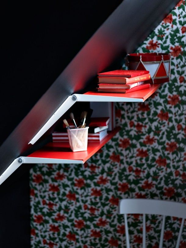 Met deze slimme plankenhouders van Ikea hang je voortaan ook planken op aan de schuine wand onder je trap. Door Ietje