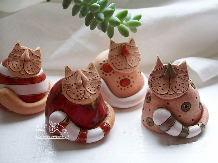 kočička Micka Keramický ručně modelovaný zvoneček,glazovaný barvami s efekty. výška.....4,5cm