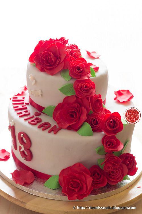 Torta con cascata di rose rosse, Red rose cascade cake, Torta a due piani, pasta di zucchero, rose in gumpaste, 18 anni, compleanno