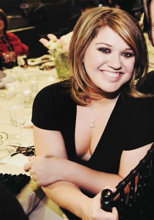 Kelly Clarkson Plays 'Celebrity Confessions' - YouTube