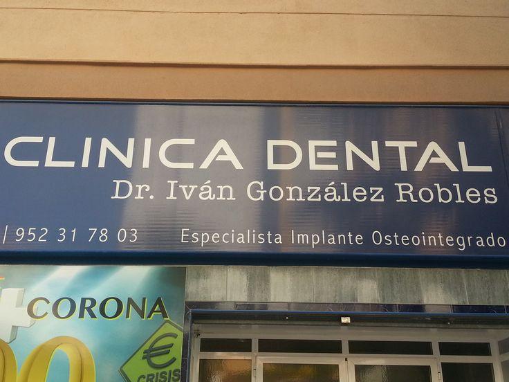 """En el letrero de la clínica dental encontramos tres tipografías diferentes. La más grande de ellas, """"Clínica dental"""", tiene una tipografía de palo seco bold; """"Dr. Iván González"""", por el contrario, es una tipografía con serif normal; y """"Especialista Implante Osteointegrado"""" tiene una tipografía de palo seco normal.  El factor importante de este letrero es haber resaltar en negrita las palabras clínica y dental, porque es la forma de divisar el tipo de negocio que es. C/Hamlet, Málaga…"""