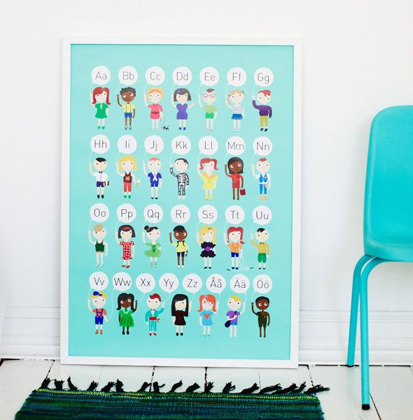Hej Kompis! Turkosa ABC affisch med barn. Finns hos www.barabokstaver.se