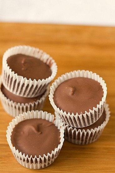 Holmemade Reeses cups #EASY. Sorry, but I have to try everything with peanut butter inside.