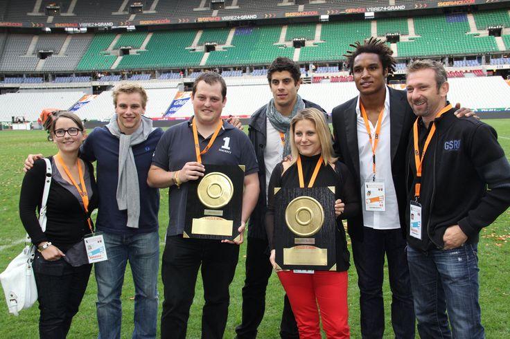 Nos gagnants reçoivent leur mini bouclier de brennus sur la pelouse du Stade de France.