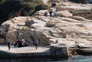 Προσκυνητές στο λιμάνι της Μονής Κωσταμονίτου / Piligrims at Konstamonitou harbour