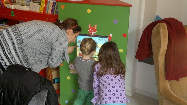 Edukacyjna rozrywka w kawiarni - interaktywny kącik dla dzieci. Trójścienna wieża Foxbox z zestawiem gier dla dzieci w wieku od 3 do 8+ lat. www.zabawiacze.pl
