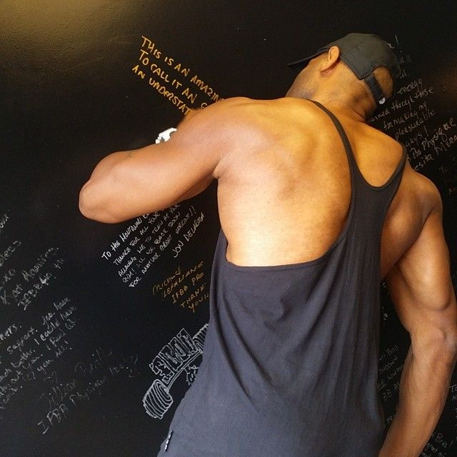 thesupergym@fitnupe1911 IFBB MENS PHYSIQUE PRO Reggie Simmons stopping by to sign the wall #ifbbpro #montanaribros #thesupergym