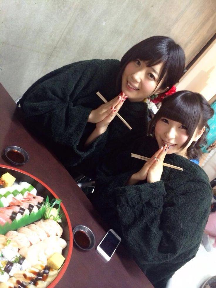 """夢眠ねむ Yumemi Nemu and 藤咲彩音 Fujisaki Ayane (""""Pinky"""") of Dempagumi.inc / でんぱ組.inc - praying before meal"""
