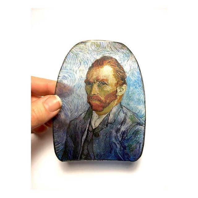 """""""Theo'ya ✉️"""" 30 Nisan 1889 Delacroix ne kadar haklıydı Theo , yalnız ekmek ve şarapla beslenmekte ve mesleğiyle ahenkli bir tarzda yaşamanın yolunu bulmakta. Ama o kahrolası para meselesi kalıyor (Delacroix'nın geliri vardı, Corot'nun da öyle). Millet'e gelince – Millet köylüydü ve köylü çocuğuydu… """"Vincent Van Gogh"""" . . .  #vangogh #teo #art #artwork #arts #artist #instalike #instaartist #design #designs #artlover #atölye #paint #paints #painter #painting #merilinatölyesi"""