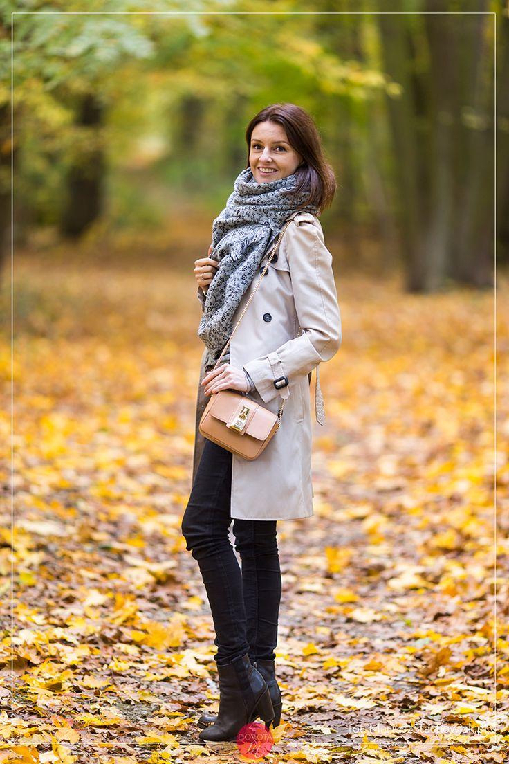 Beżowy trencz, szary szal, czarne dżinsy rurki i brązowa torebka na łańcuszku.  Beige trench coat, gray scarf, black jeans and brown purse #outfit.  http://dorota.in/bezowy-trencz-szary-szal-stylizacja-jesien/  #moda #fashion #style #blogger #bloggerstyle #bloggerlife #styl