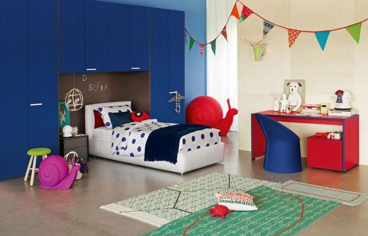 Letto Merkurio design Rodolfo Dordoni con rivestimento Canvas 950. Sul letto coordinato copripiumino Pois 7023 e cuscini decorativi.