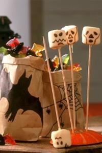 recette halloween - bonbon d'halloween (chocolat fondu et un pinceau pour dessiner les têtes)