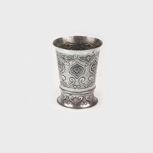 Pahar ritualic din argint, pentru vin, inscripționat cu binecuvântări, 1836 Atelier Viena argint 812 cizelat, gravat, bătut, h=13 cm, 247 g Preţ de pornire: € 300