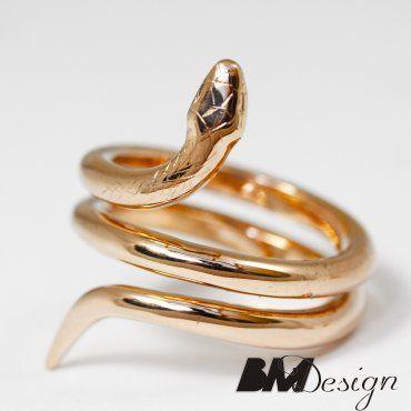 Pierścień w kształcie węża eskulapa wykonany z czerwonegłota
