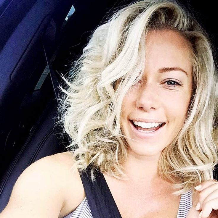 """Kendra Wilkinson posed with """"messy hair"""" for a selfie on Sunday, Oct. 18 -- except her new bob haircut still looks flawless; see the photo here!"""