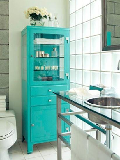 Opvallend gekleurde apothekerskast  in de badkamer. Leuk! Kijk voor vergelijkbare oude apothekerskasten bij www.old-basics.nl ; hou hem naturel of schilder hem in een frisse kleur en je badkamer wordt een 'plaatje'!