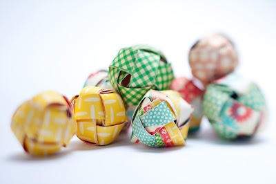 how to make paper balls, inside you can hide a message, love this!
