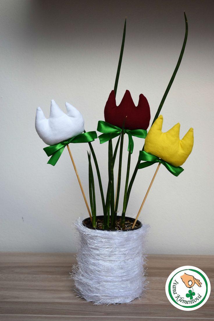 Jarní+dekorace+-+Tulipány+Jarní+dekorace,+která+nikdy+nezvadne.+Tulipány+jsou+šitéz+bavlněné+látky,+plněné+dutým+vláknem,+připevněné+na+špejli+a+ozdobené+zelenou+suhou.+Na+přání+lze+ušít+v+jiných+barvách.+Cena+za+1ks.