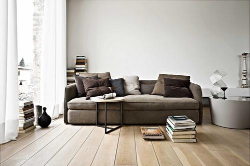 MIX & MATCH  Ca şi în modă, eclectismul este binevenit. Nu cumpăra piese de mobilier cu acelaşi stil. Mixează piese diverse, din materiale diferite. Astfel, lângă o canapea din stofă poţi aşeza cu succes o măsuţă SF din metal, un sfeşnic din argint, perdele delicate din in şi... un teanc mare de cărţi, aşezate direct pe podeaua din lemn.  Foto: Yannis Vlamos