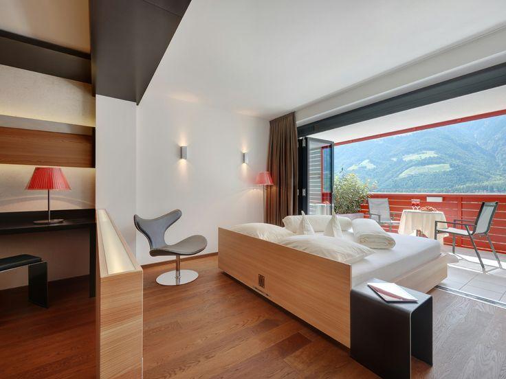 http://www.lindenhof.it/zimmer.de.htm Geräumige und moderne Zimmer im Design und Wellness Hotel Lindenhof in Südtirol.