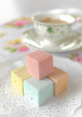 """マカロンのような柔らかな色合いのフランス生まれのお菓子『ギモーヴ』をご存知ですか?別名""""生マシュマロ""""とも呼ばれる『ギモーヴ』は、煮詰めた果汁ピューレにゼラチンを混ぜて泡立てて固めたフランス菓子の一種です。"""