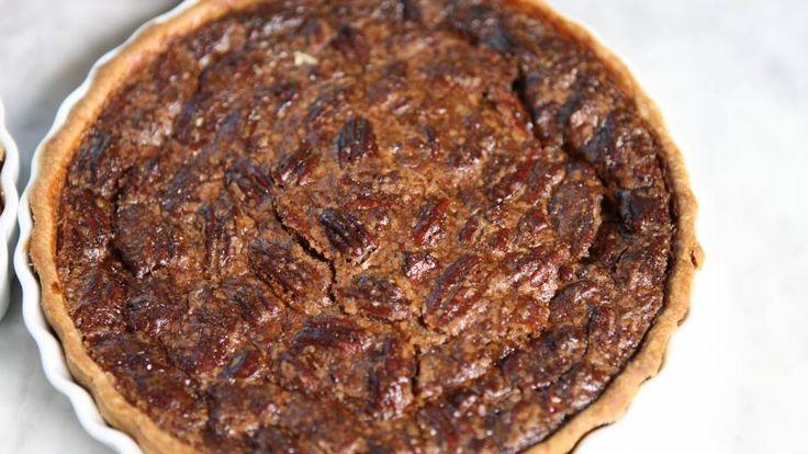 """Pecan pie er en lækker amerikansk opskrift af Fra bogen """"Ambassadørens køkken"""", se flere dessert og kage på mad.tv2.dk"""