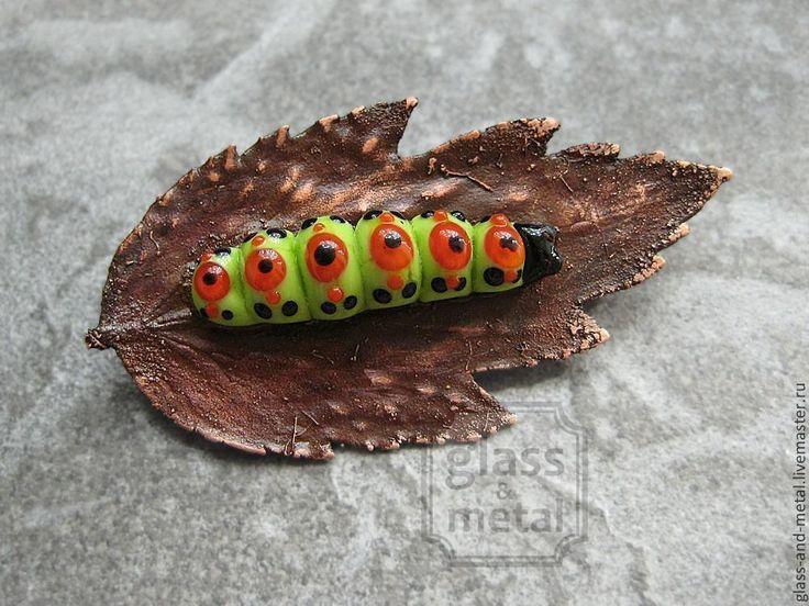 """Купить Брошь """"Гусеница на листе"""" лэмпворк, медь - авторский лэмпворк, брошь, брошь с улиткой, гальваника"""