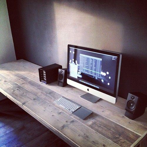 Mesa de madera con aspecto rústico, me encanta / Unfinished wood for this desktop. I love it.