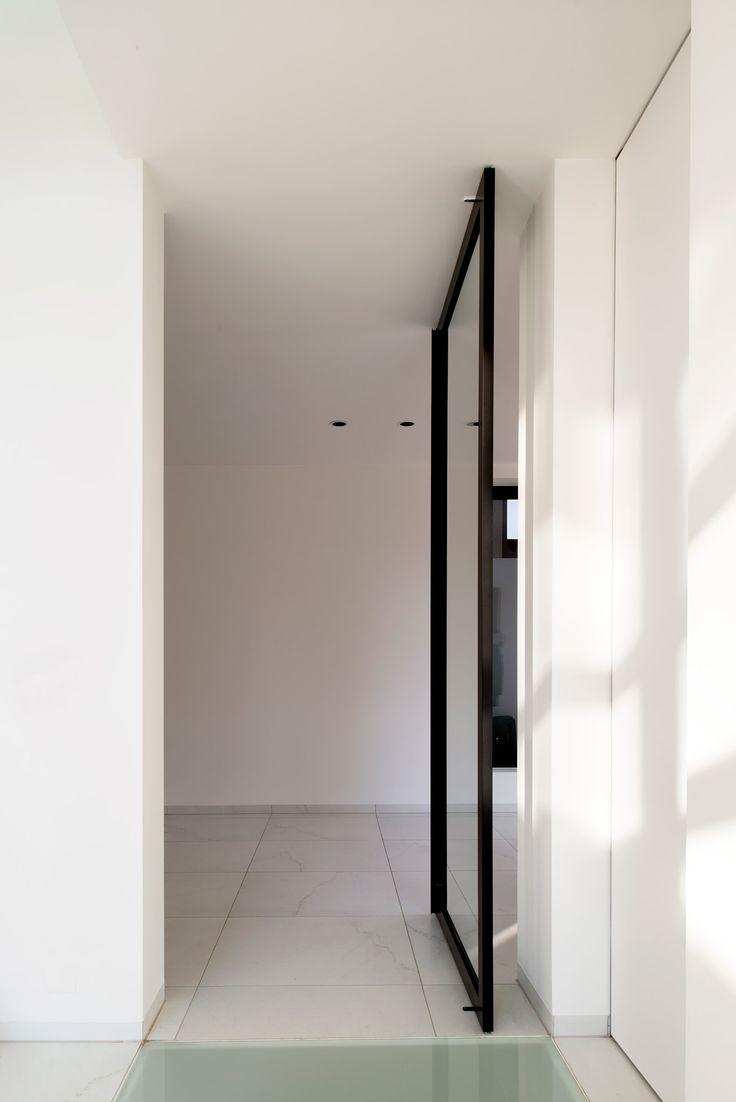 Modern stalen deur concept van ANYWAYdoors. De deur wordt op maat gemaakt met zwart geanodiseerd aluminium en glas naar keuze. De innovatieve pivotscharnieren zitten volledig in het deurframe ingebouwd. Er dient niets in de vloer of het plafond ingewerkt te worden! De scharnier wordt bovenop de afgewerkte deuropening bevestigd en kan zonder probleem met vloerverwarming gecombineerd worden door de ondiepe bevestiging.