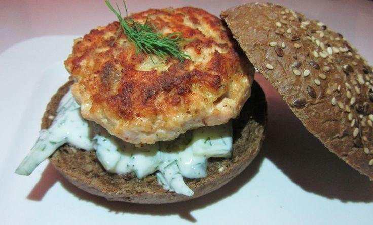 """ZALMBURGER MET DILLE, YOGHURT EN KOMKOMMER. Zalm is een heel veelzijdig stukje vis. Je kunt het rauw, gerookt en gebakken eten, in blokjes, plakken en in de vorm van…burgers! Zalmburgers zijn heerlijk in combinatie met een frisse saus van yoghurt, dille en komkommer. Eet ze met een bruin broodje en het is een goed vullende avondmaaltijd!... <a href=""""http://cottonandcream.nl/zalmburger-met-dille-yoghurt-en-komkommer/"""">Read More →</a>"""