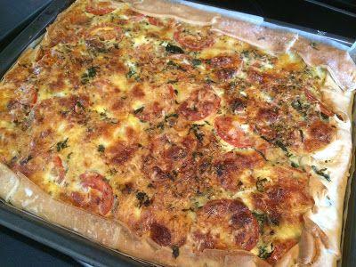 Grote hartige taart (quiche) met kip en Italiaanse kruiden