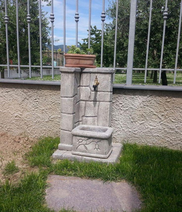 Fontana da giardino in pietra ricostruita, modello Fonte antica, colore: antichizzato. Località: Arcola (La Spezia).
