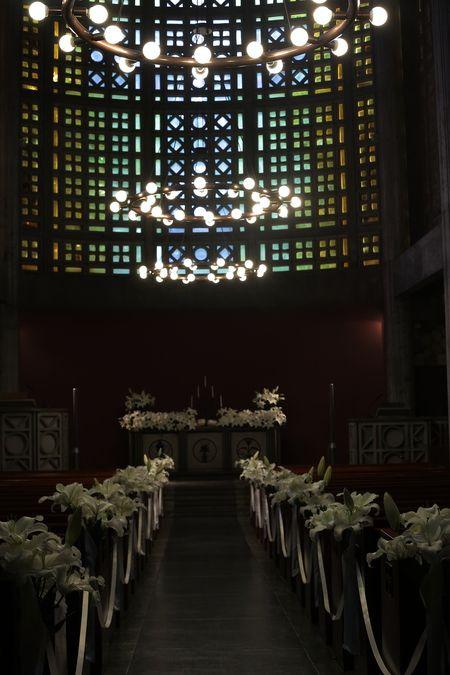ユリの挙式の装花 東京女子大学、チャペルへ : 一会 ウエディングの花