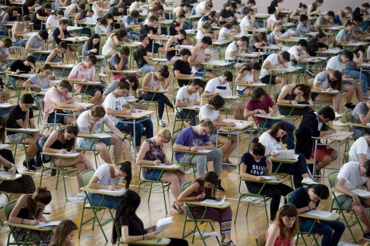Estudiantes esta mañana en el IES Josep Miquel i Guarda, en el municipio de Alaior de Menorca realizan la primera Evaluación de Bachillerato para el Acceso a la Universidad (EBAU).