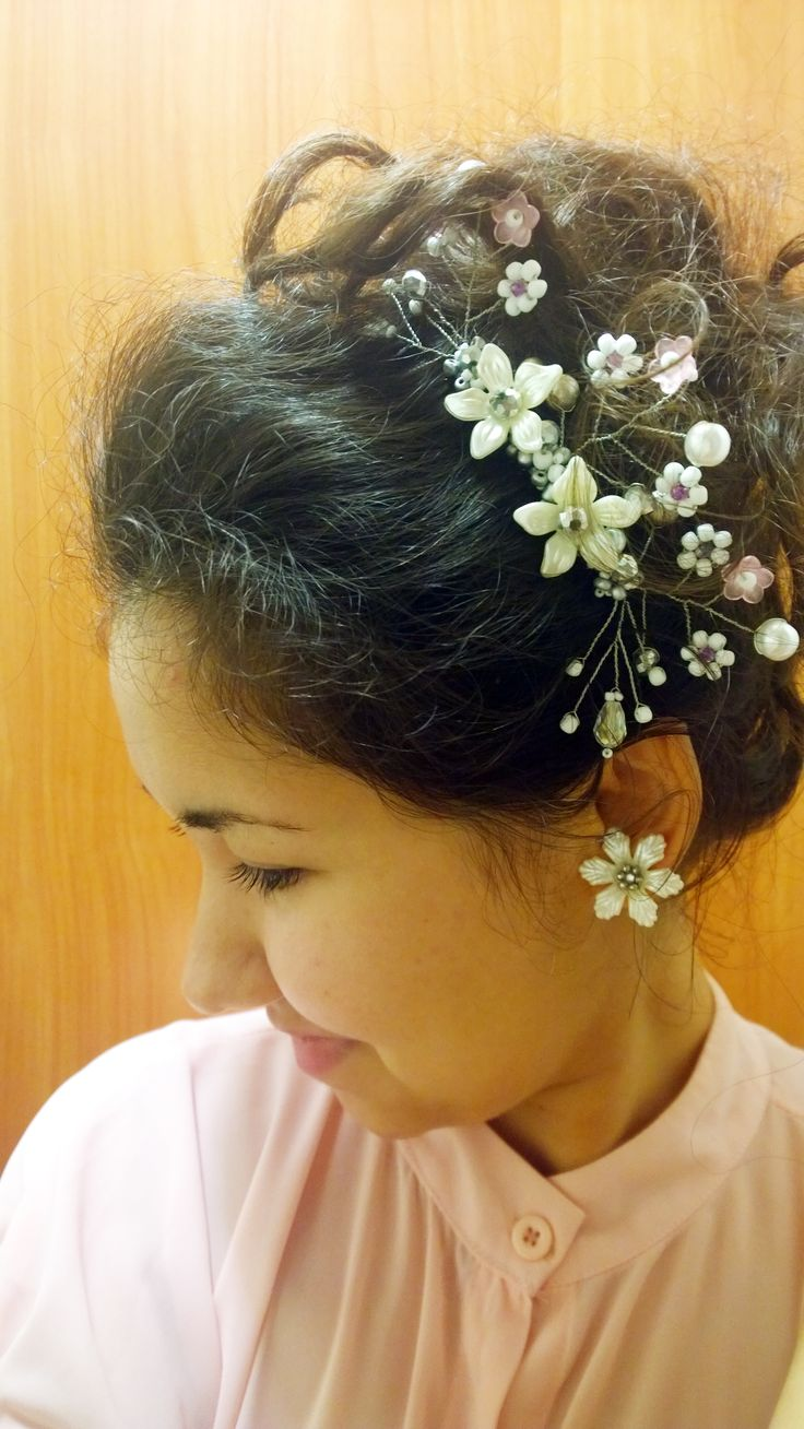DIY Tutorial: How to make vintage wedding bridal hair comb from a wire, pearls, beads and flowers. #jewelry #GildaWorkshop #pearl #comb #bridal #flower #hair #accessory #handmade #DIY #vintage #tutorial #wedding #bead