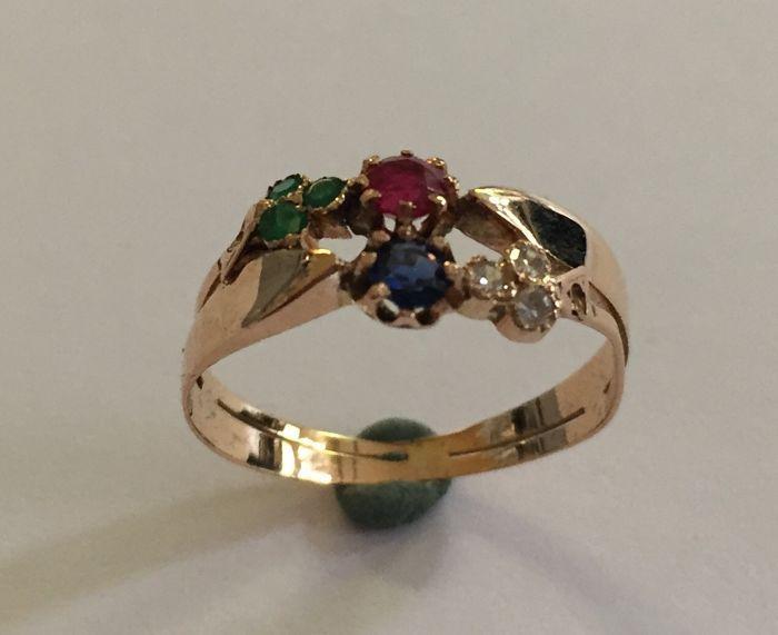 Gouden ring saffier-robijn-smaragd en diamant ca 1900  Een geelgouden originele antieke ring bezet met een saffier (behandeld) een robijn (behandeld) 3 smaragden (behandeld) en 3 diamanten gewicht ring: 205 grammaat van de ring: 1725 ( 55)vermoedelijk Nederlands ca 1900De ring verkeert in een goede staat echter de ringen van deze ouderdom worden oorspronkelijk alleen gedragen op zon- en feestdagen en nooit bij werkzaamheden het is daarom aan te raden deze ring ook op deze manier te…