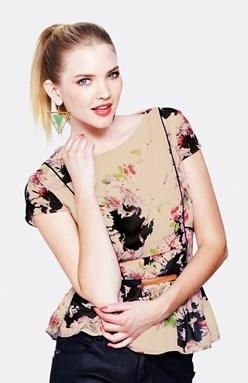 """Půvabný ženský styl. Květinový potisk v tradičním stylu """"vintage"""". Kontrastní paspulky tvarují hezké křivky. Odnímatelný úzký pásek v pase a volánek na dolním lemu."""
