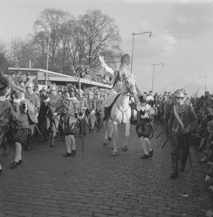 Landelijke intocht 1960 te Rotterdam, met Spaanse Herauten