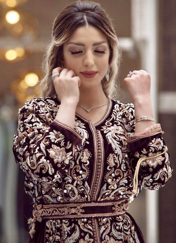 Appréciez ce nouveau modèle de caftan moderne 2019 style très chic chargé  de broderies et perles de luxe -  caftanmoderne  caftanmarocain   caftanvelours ... 6f170dcd5fe
