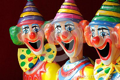 Immagine di http://thumbs.dreamstime.com/x/pagliacci-di-carnevale-di-attrazione-secondaria-24747302.jpg.