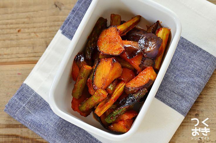 柔らかさが美味しいなすとシャキッとしたアスパラを、ケチャップがベースの食べやすい味付けでシンプルに炒め合わせました。お弁当の赤色おかずとしても使える、簡単な副菜レシピです。冷蔵保存4日