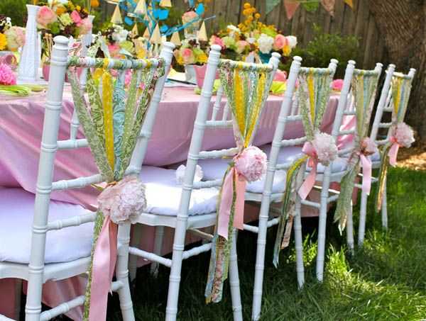 Las bodas outdoor se llevan cada vez más, y los muebles han de estar engalanados para que la ocasión sea memorable. Puedes comprarlos en mercadillos y rastros de segunda mano para luego aprovecharlos en tu casa, o alquilar los muebles y adornarlos rápidamente con estas ideas geniales. http://reciclatusmuebles.com