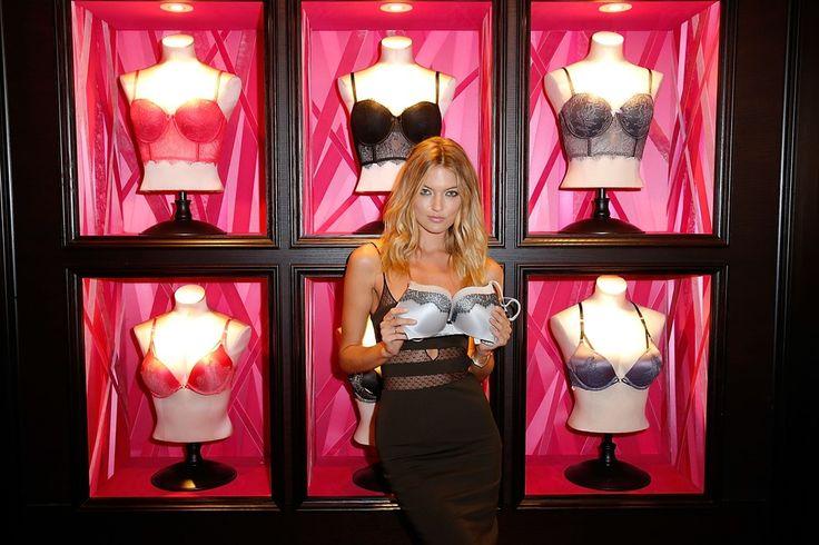 Το μοντέλο Μάρθα Χαντ, εκ των «αγγέλων» της φίρμας εσωρούχων Victoria's Secret επιδεικνύει τη σειρά στηθοδέσμων της εταιρείας στο Σαν Ντιέγκο της Καλιφόρνιας.