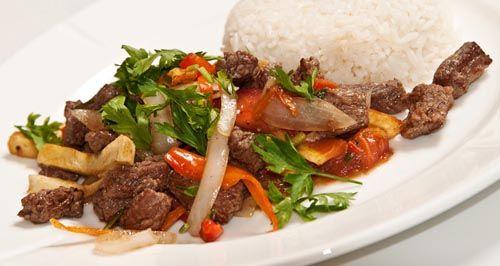 Aprende cómo hacer el delicioso lomo saltado peruano. Uno de los platos más fáciles de preparar de la gastronomía de este país latinoamericano.